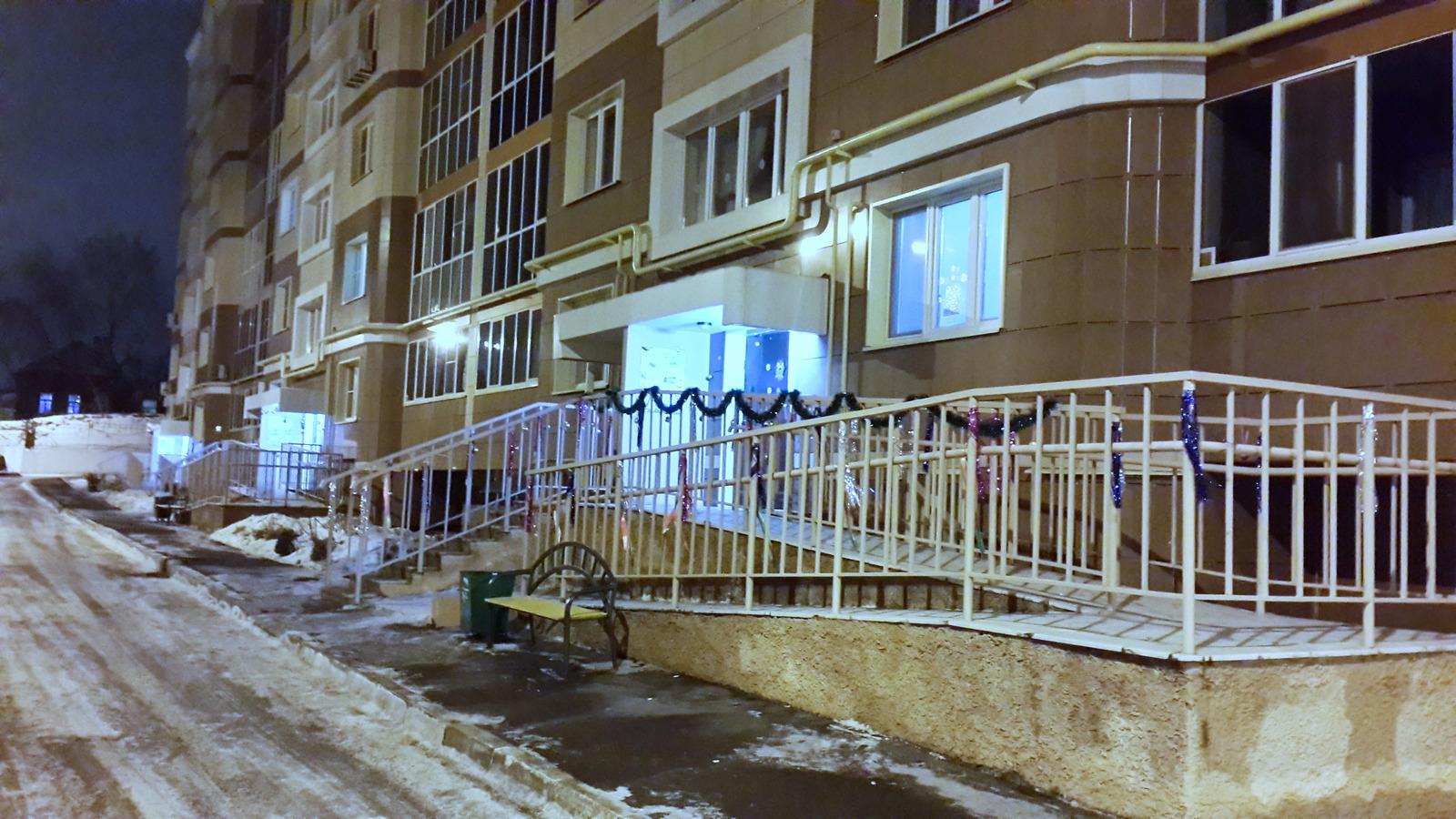 Жители украсили подъезды к Новому Году 2015